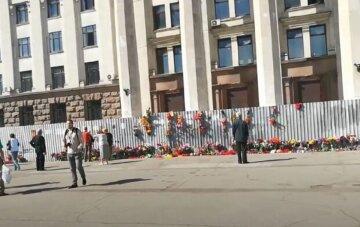 """Зірвали і підпалили: в Одесі пошкодили """"меморіал"""" жертвам 2 травня, кадри того, що відбувається"""