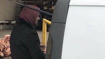 """Харьковчанам показали, как перевозят мясо в разгар карантина, фото: """"прямо на грязный пол..."""""""