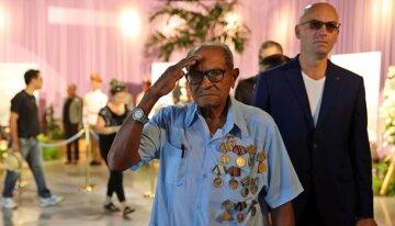 Убиті горем кубинці нескінченним потоком йдуть до праху Кастро (фото)