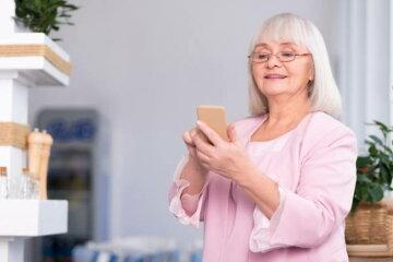 бабушка пенсионерка смартфон