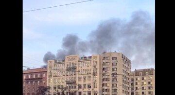 Сильный пожар пылает в жилом доме в центре Киева: клубы дыма и языки пламени видны издалека