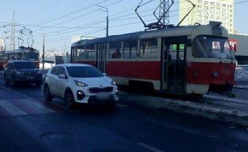 В Киеве трамвай сбил человека на пешеходном переходе: на место съехались врачи и полиция