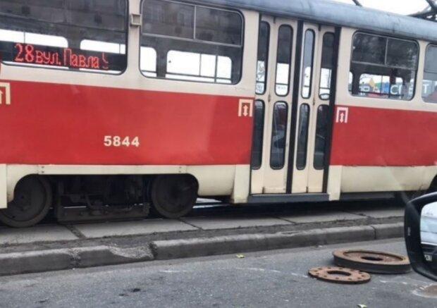 В Киеве произошло ЧП с трамваем: весь транспорт стоит в пробке, фото и детали происходящего