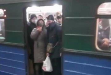 """""""Вирусом же только в выходные заражаются?"""": в харьковском метро люди едва помещаются в вагон, фото"""