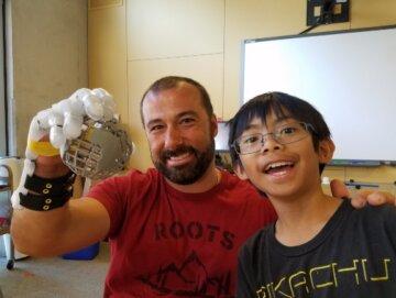 Школяр зробив протез руки для вчителя (відео)