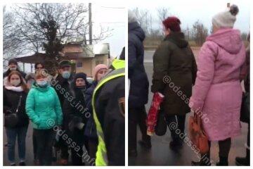 """Під Одесою копи зупинили маршрутки і висадили всіх, люди вийшли на дорогу: """"Совість мали б"""", Відео"""