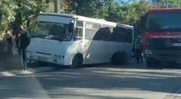 """Одеська маршрутка """"розсипалася"""" на ходу, відео: """"пасажирам довелося добиратися пішки"""""""