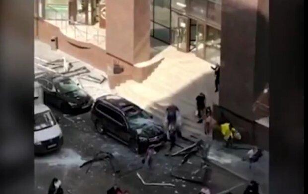 Потужний вибух прогримів у центрі столиці, на вулиці місиво зі скла та уламків: перші фото