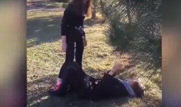 Под Одессой школьница устроила самосуд над девочкой и поплатилась: появилось видео