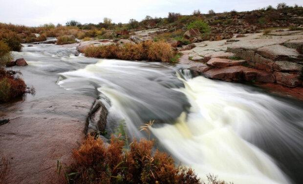 Унікальний феномен: під Дніпром тече єдиний степовий водоспад в Україні, захоплюючі кадри