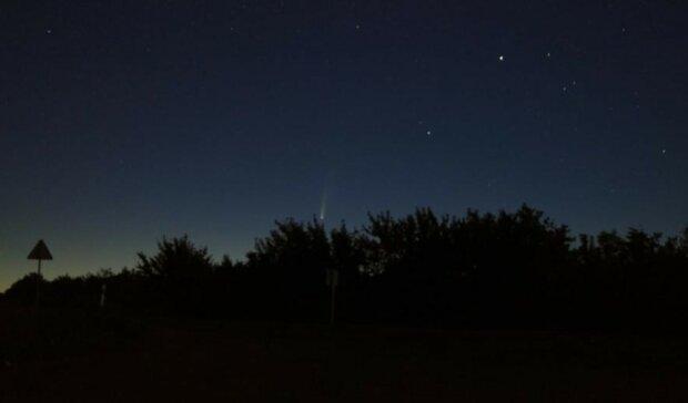 Найбільша подія за останні 7 років: над Україною пролетіла палаюча комета, фото