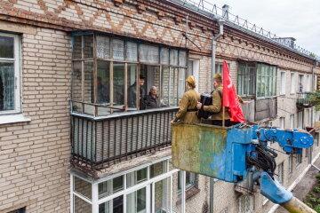 """""""Мусорник прямо в окно"""": в России опозорились с поздравлением ветеранов, видео"""