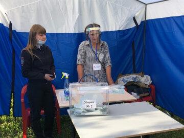 В РФ член избиркома на коленях приполз к избирателям ради Путина, фото: «Урна встроена генетически»