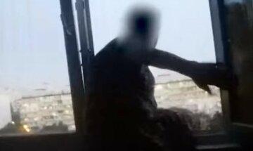 """Украинка повисла из окна 9-го этажа, видео: """"Вела себя агрессивно и ругалась"""""""