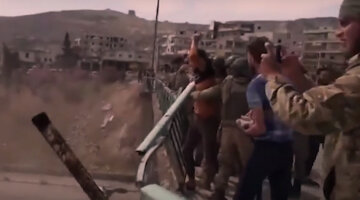 """Российских военных с позором забросали камнями в Сирии: видео """"бомбардировки"""" булыжниками"""