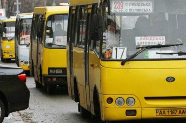 Кияни поскаржилися на умови в міських маршрутках: «без парасольки не обійтися»