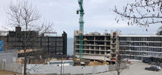 Стена скандальной высотки рухнула на отель: видео всколыхнуло всю Одессу