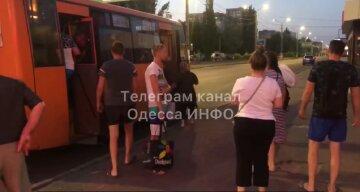 """В Одесі пасажиру маршрутки влаштували самосуд, відео: """"виволокли з транспорту"""""""