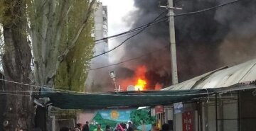 На одесском рынке вспыхнул пожар: кадры ЧП