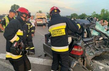 Водій BMW протаранив вантажівку і погубив 18-річну дівчину: кадри з місця ДТП