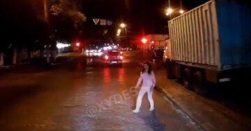 Молодая одесситка бросалась под колеса авто: момент попал на видео