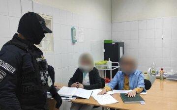 """Врачей задержали в клинике Одессы, фото: """"за деньги выписывали рецепты на..."""""""