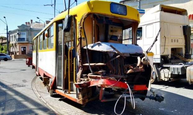 Трамвай с пассажирами влетел в грузовик и сошел с рельсов, движение парализовано: кадры ЧП