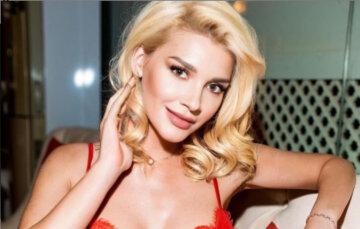"""Экс-ВИА Гра Романова повыпендривалась под елкой в соблазнительных позах: """"Скоро все случится..."""""""