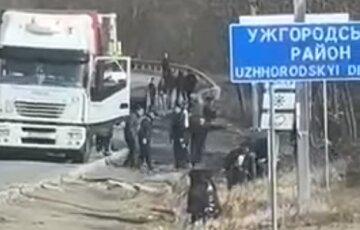 На Закарпатье дальнобойщики устроили массовую драку посреди дороги: потасовка попала на видео