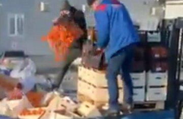 """У Києві ящиками викидають продукти, кадри потрапили в мережу: """"Ринок перетворюються на смітник"""""""