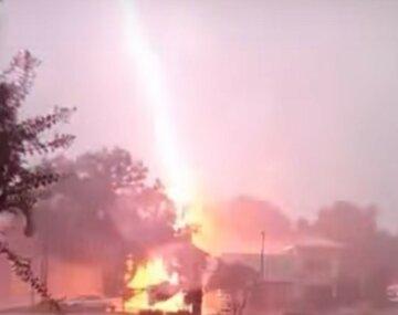 """Мощный пожар вспыхнул на Харьковщине из-за молнии, фото: """"попала прямо в дом"""""""