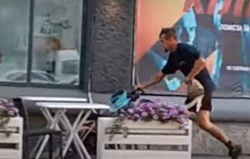 """""""Дівчинка дуже плакала"""": чоловік направив коляску з дитиною в стіл, відео"""