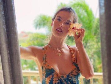 """Спекотна зірка Victoria's Secret подражнила розкішними ніжками: """"Це рай!"""""""