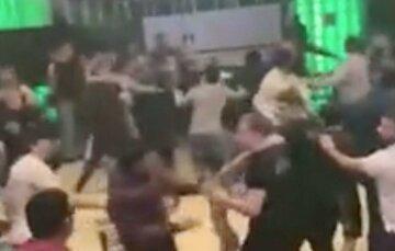 Массовую драку устроили на турнире ММА, видео побоища: в ход шли даже стулья