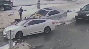 """В Киеве водитель сбил людей на тротуаре, видео: """"пытался сбежать от полиции и..."""""""