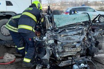 """""""Від авто нічого не залишилося"""": у страшній ДТП на київській трасі розбилися юні футболісти, кадри трагедії"""