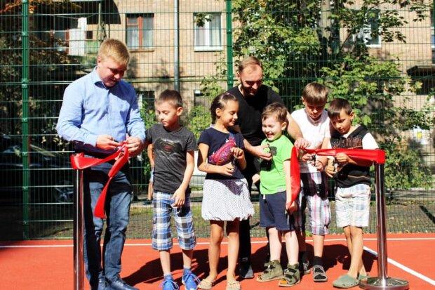 На Солом'янці відкрили оновлений баскетбольний майданчик: кадри першого матчу