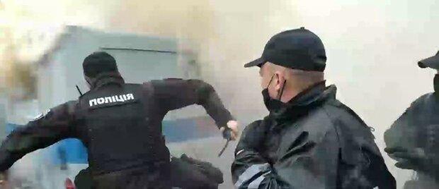 Поліцейське авто палає під Радою, стягнуті силовики: перші фото і деталі заворушень
