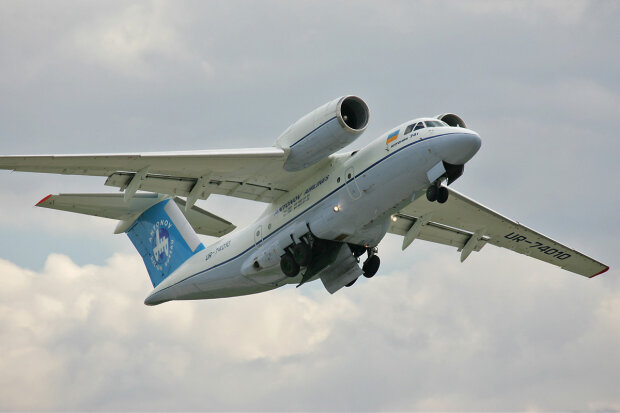An-74T_AviaSvit_2006_01