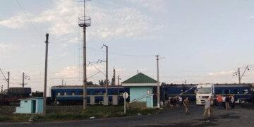 Появились кадры столкновения поезда «Укрзализныци» с грузовиком: «привело к пожару»