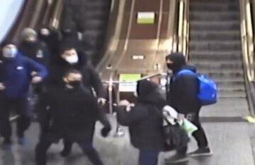 """У Києві підлітки влаштували жорстоке побоїще в метро, відео: """"проломаний череп, гематоми і рвані рани"""""""