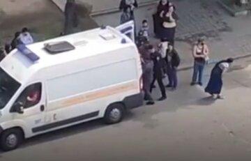 Разъярённая толпа устроила самосуд над медиками скорой: кадры ЧП в Запорожье