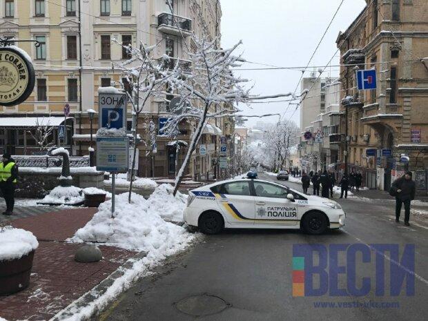 У Львові вантажівка протаранила електроопору, фото з місця аварії