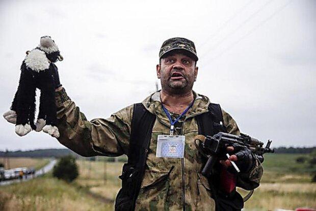 Росіянин одягнув свою сім'ю в одяг жертв МН17: фото безумства вражають