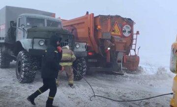 Україна потопає в снігу, кілометри доріг паралізовані: де ситуація найгірша