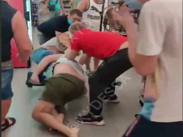 В одесском супермаркете  мужчины устроили побоище из-за маски: появилось видео драки