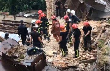 Будівля обвалилася в центрі Львова, врятувати вдалося не всіх: кадри трагедії