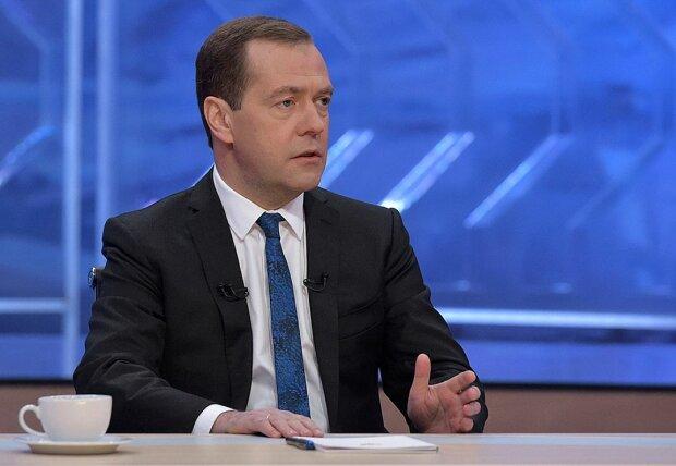 Безработицы нет, но вы держитесь: соцсети высмеяли заявление Медведева