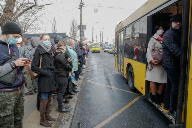 Розлючені харків'яни заблокували рух транспорту і почали бити скло: кадри відчаю