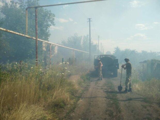 Масштабный пожар вспыхнул на Донбассе после обстрела боевиков, первые кадры: «Уже перекинулся на дома»